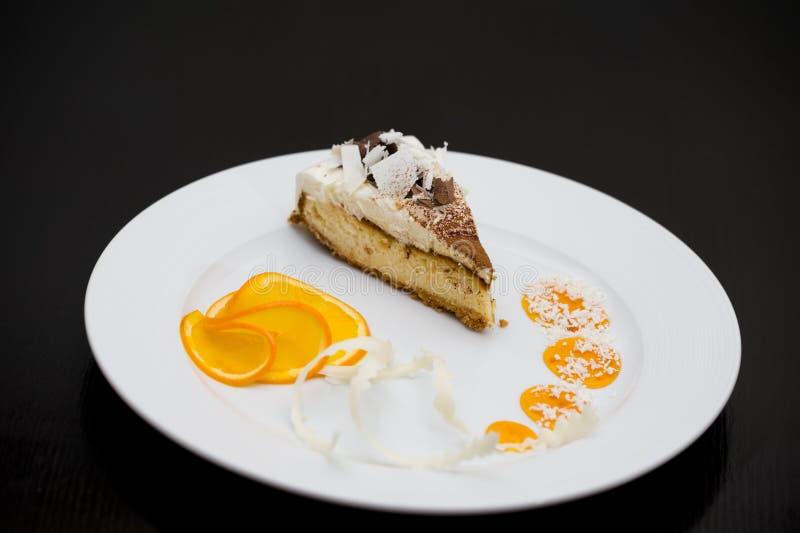 Torta de esponja con las naranjas foto de archivo