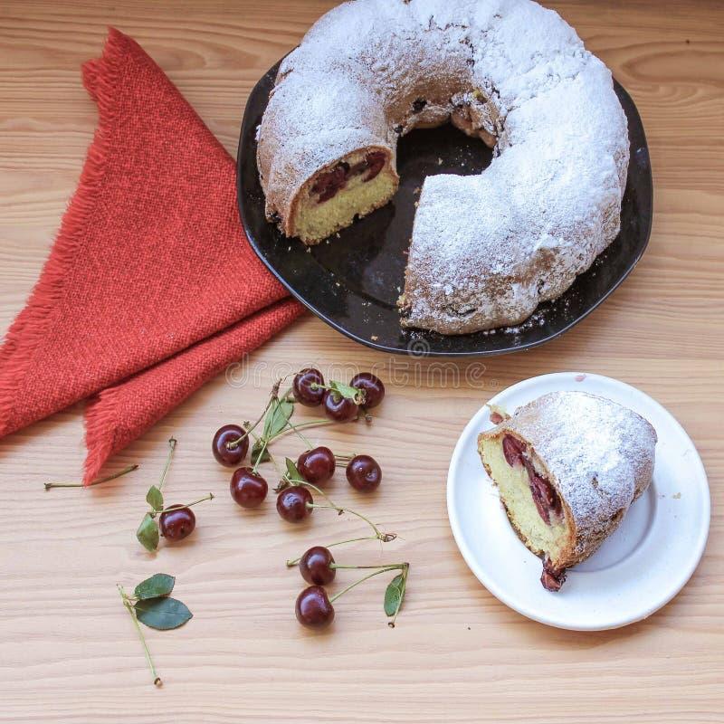 Torta de esponja de la cereza 1 imagen de archivo libre de regalías