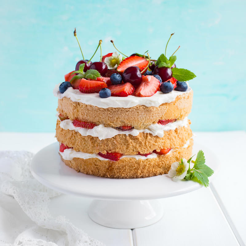 Torta de esponja del verano con las bayas poner crema y frescas fotografía de archivo