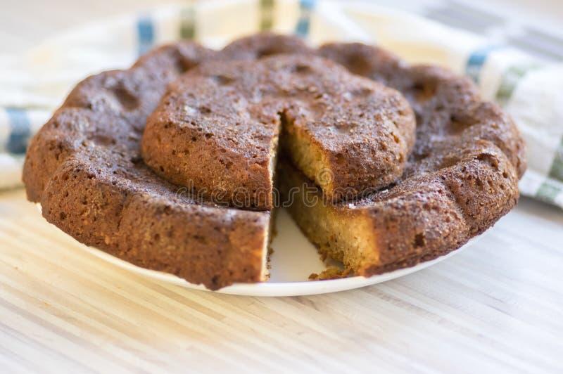 Torta de la calabaza de la almendra del chocolate en la placa blanca en la toalla de cocina colorida, galleta marrón oscura dulce fotos de archivo