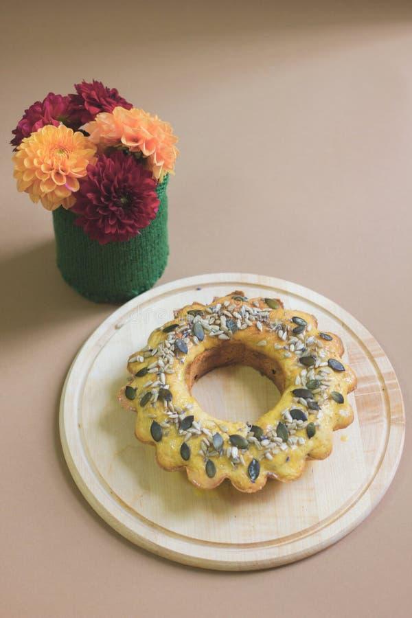 Torta de la calabaza con las semillas de la lavanda, del chocolate y de calabaza fotografía de archivo libre de regalías