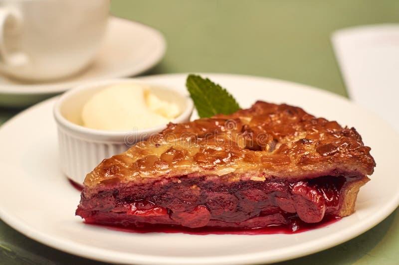 Torta de la cereza con cierre del helado para arriba fotografía de archivo