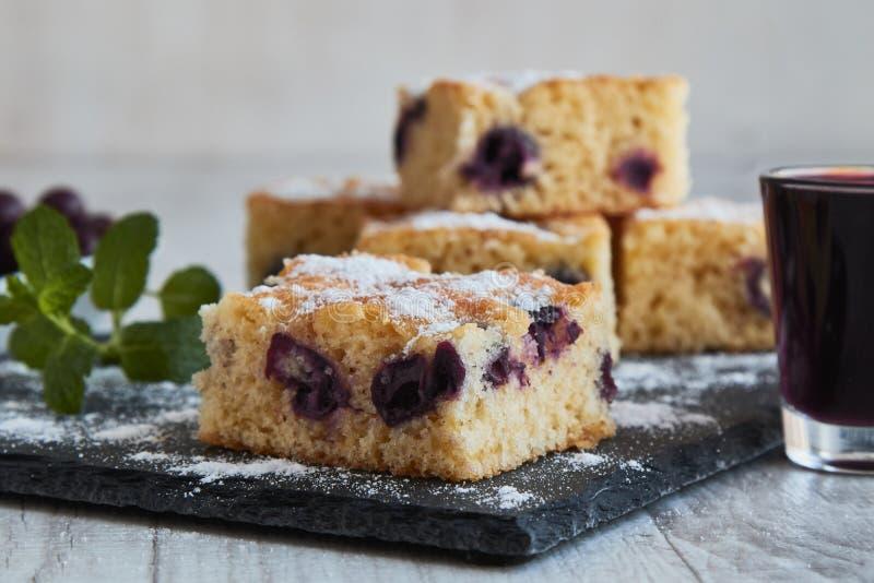 torta de la cereza con el azúcar fotografía de archivo libre de regalías