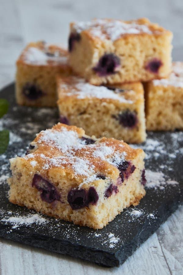 torta de la cereza con el azúcar imagenes de archivo