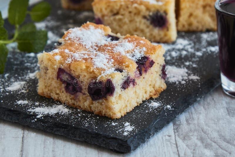 torta de la cereza con el azúcar imagen de archivo libre de regalías