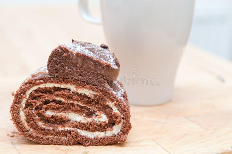 Torta de la crema del chocolate con café en el fondo fotos de archivo