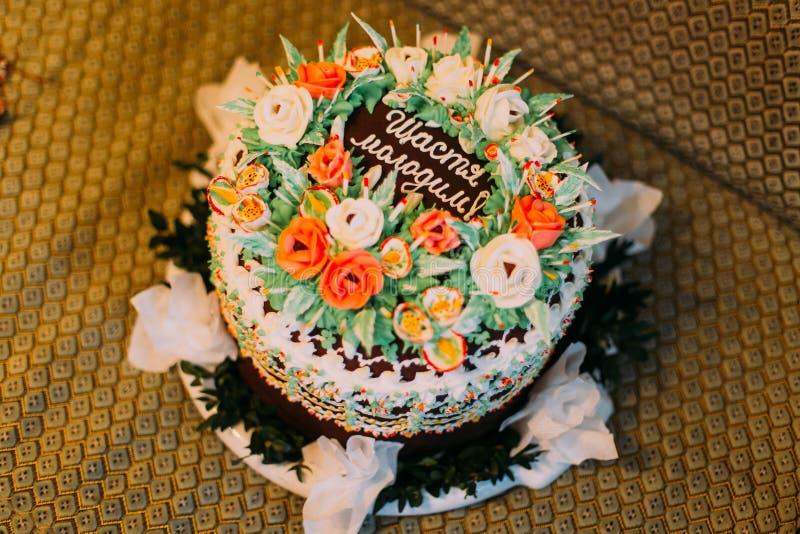 Torta de la crema del chocolate con las rosas blancas y anaranjadas fotografía de archivo
