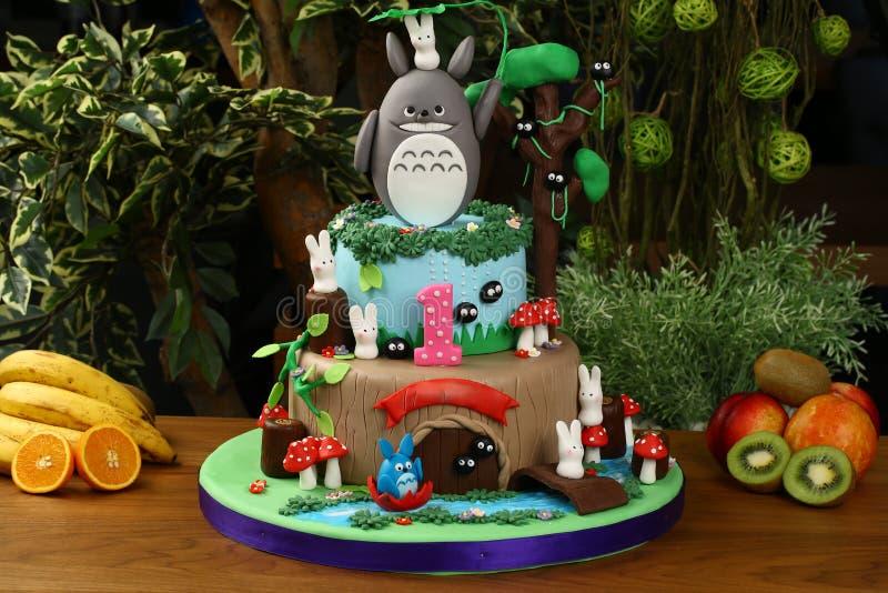 Torta de la fiesta de cumpleaños de los niños - concepto del bosque imagenes de archivo