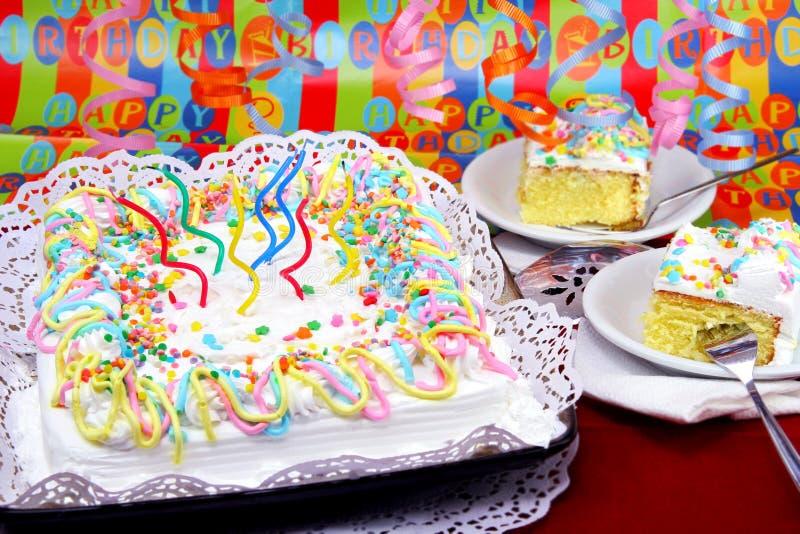 Torta de la fiesta de cumpleaños en la configuración festiva. imagenes de archivo