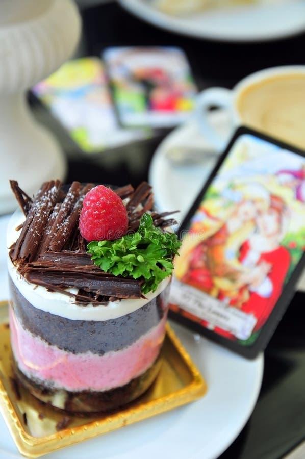 Torta de la frambuesa con la tarjeta de tarot foto de archivo