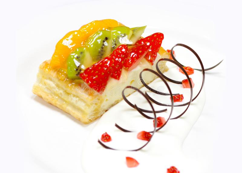 Torta de la fruta con la fresa, kiwi, baya y melocotones, frambuesas, naranja y otras frutas imagen de archivo libre de regalías