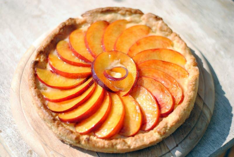 Torta de la fruta con los melocotones fotografía de archivo