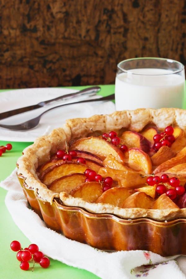 Torta de la fruta con los melocotones imágenes de archivo libres de regalías
