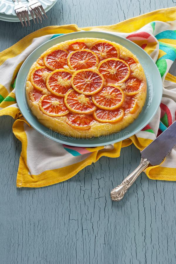 Torta de la harina de maíz del Ricotta de la naranja de sangre en la tabla de cocina fotografía de archivo libre de regalías