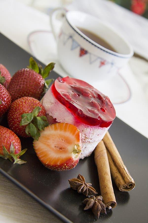 Torta de la jalea con las fresas frescas imagenes de archivo