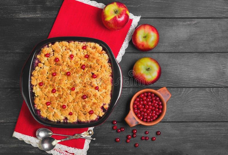 Torta de la migaja del postre con las manzanas y las bayas del rojo imagen de archivo libre de regalías