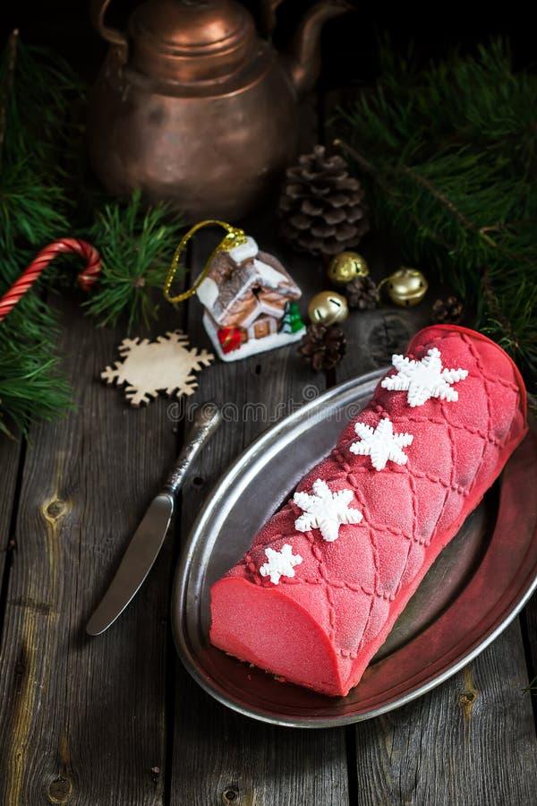 Torta de la Navidad con la decoración en la tabla de madera Foco selectivo imagen de archivo