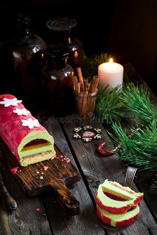 Torta de la Navidad con la decoración en la tabla de madera Foco selectivo foto de archivo libre de regalías
