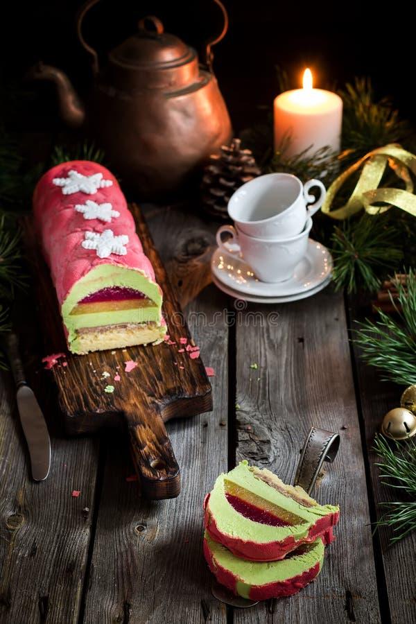 Torta de la Navidad con la decoración en la tabla de madera Foco selectivo imagen de archivo libre de regalías