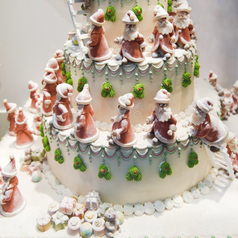 Torta de la Navidad con las porciones de Santas fotos de archivo