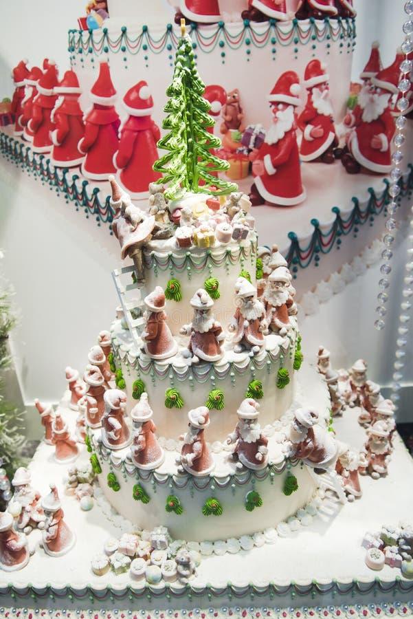 Torta de la Navidad con las porciones de Santas imágenes de archivo libres de regalías