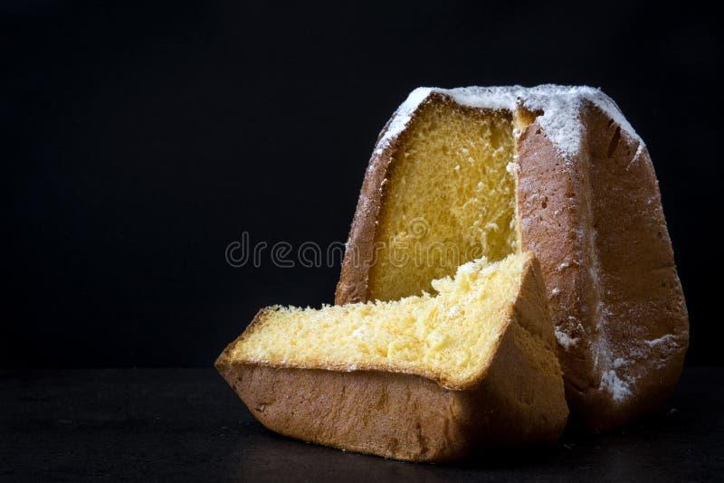 Torta de la Navidad de Pandoro con el azúcar en fondo negro imagen de archivo libre de regalías
