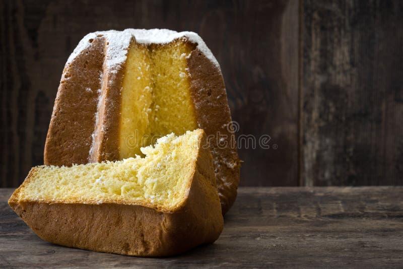Torta de la Navidad de Pandoro con el azúcar en la tabla de madera Copyspace fotografía de archivo