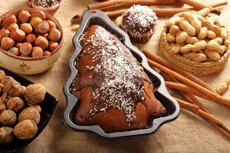 Torta de la nuez de la Navidad en el molde en la forma del árbol de navidad imagenes de archivo