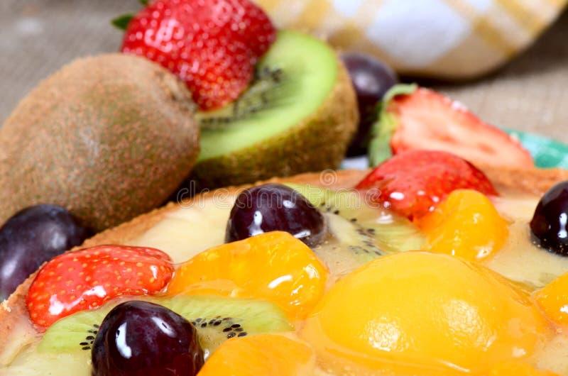 Torta de la pasta de la torta de frutas con la fruta foto de archivo
