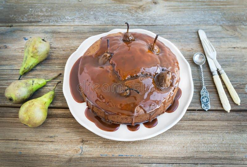 Torta de la pera, del jengibre y de miel con el desmoche y los fres cremosos del caramelo imágenes de archivo libres de regalías