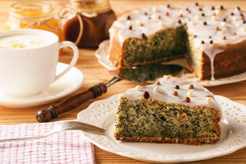 Torta de la semilla de amapola y taza de café hechas en casa imagen de archivo