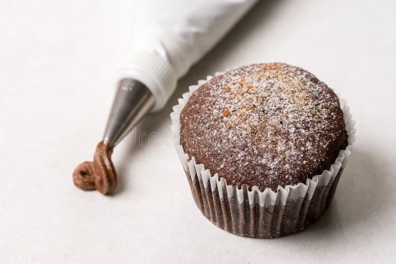 Torta de la taza del chocolate con el bolso aflautado en el fondo de mármol blanco fotografía de archivo libre de regalías