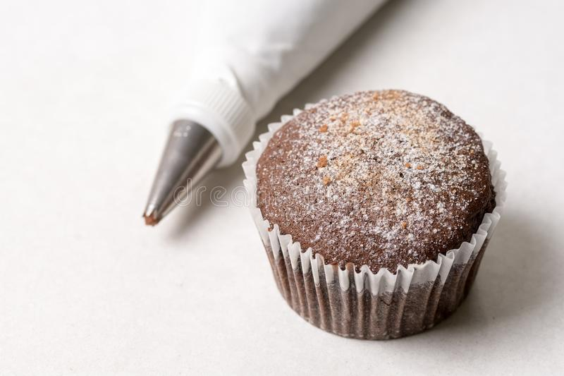Torta de la taza del chocolate con el bolso aflautado en el fondo de mármol blanco imagen de archivo