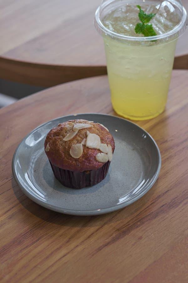 Torta de la taza del pl?tano del chocolate Molletes de la migaja del pl?tano fotografía de archivo libre de regalías