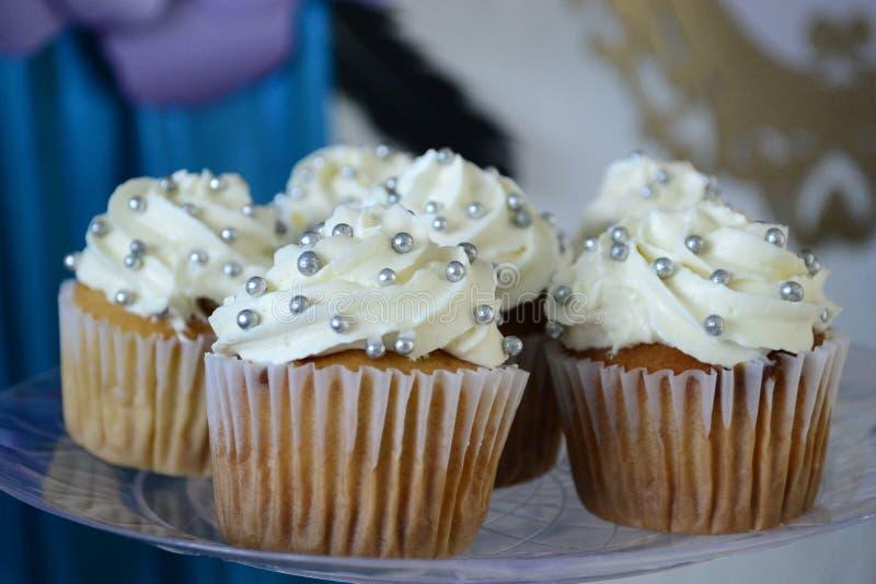 Torta de la taza y crema blanca imágenes de archivo libres de regalías