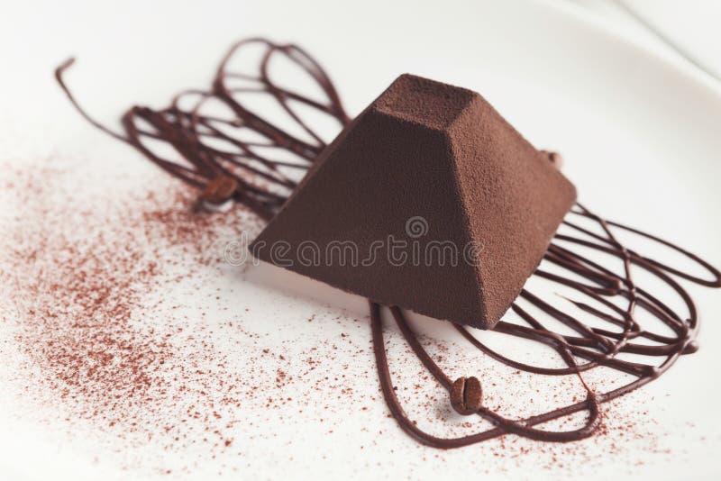 Torta de la trufa de chocolate en forma de la pirámide fotos de archivo libres de regalías