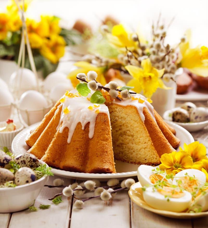 Torta de levadura de Pascua con la formación de hielo y la cáscara de naranja escarchada, postre delicioso de Pascua imágenes de archivo libres de regalías