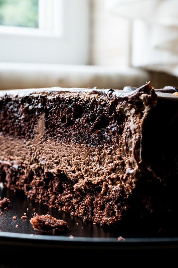 Torta de los diablos con el chocolate en placa negra fotografía de archivo