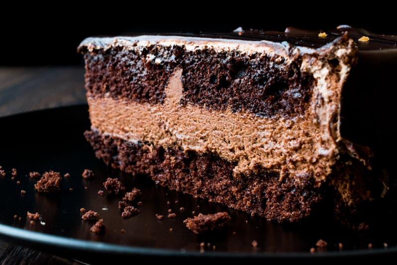 Torta de los diablos con el chocolate en placa negra foto de archivo libre de regalías