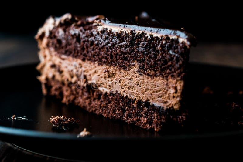 Torta de los diablos con el chocolate en placa negra foto de archivo