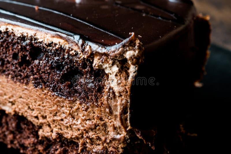 Torta de los diablos con el chocolate en placa negra fotos de archivo libres de regalías