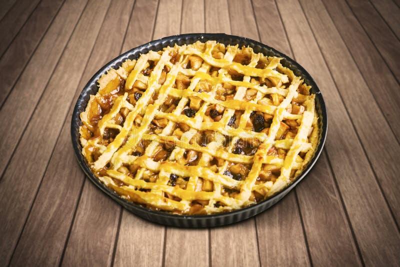 Torta de maçã caseiro com o prato do cozimento na tabela fotos de stock