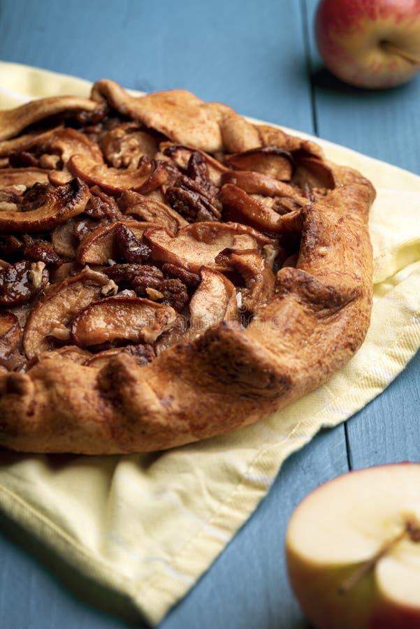 Torta de maçã caseiro na toalha de cozinha Porcas friáveis da crosta e de noz-pecã imagem de stock royalty free