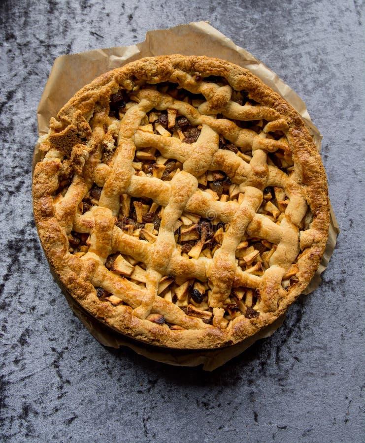 Torta de maçã caseiro recentemente cozida imagens de stock royalty free
