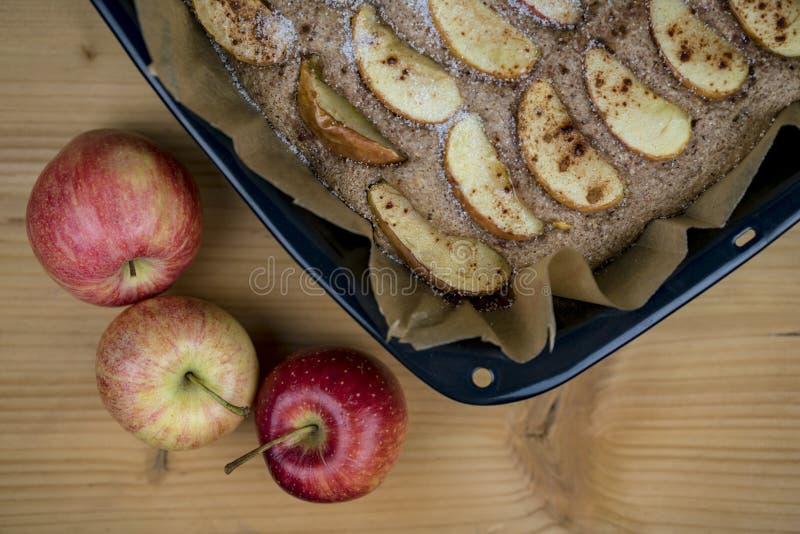 Torta de maçã cozinhada na bandeja de cozimento de cima de fotografia de stock royalty free