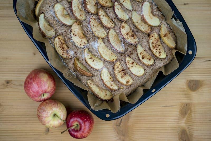 Torta de maçã cozinhada na bandeja de cozimento de cima de fotos de stock royalty free