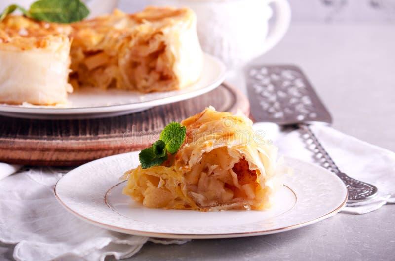 Torta de maçã da pastelaria de Filo, cortada fotos de stock royalty free
