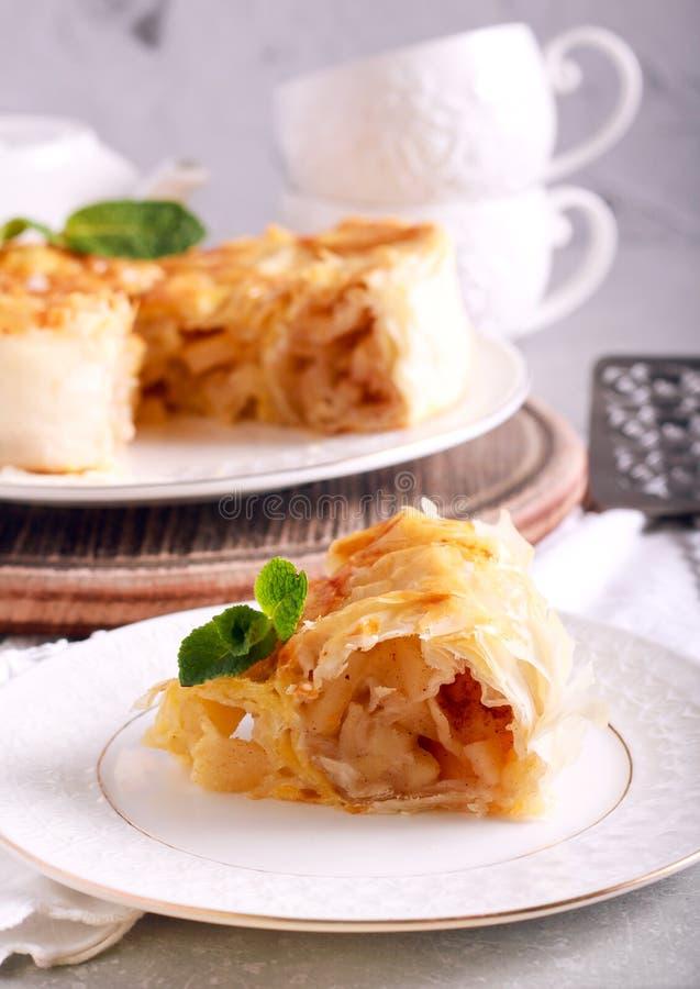 Torta de maçã da pastelaria de Filo, cortada imagens de stock
