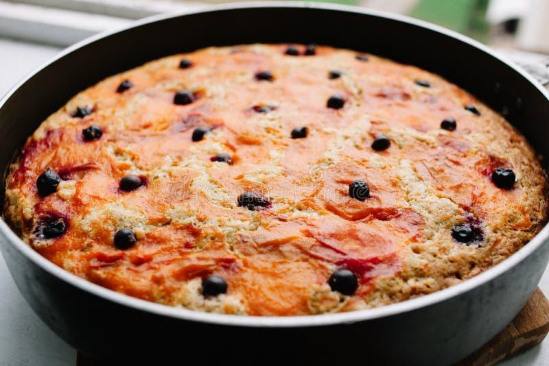 A torta de ma?? deliciosa recentemente cozida Charlotte da groselha esfria para baixo em um formul?rio culin?rio fotos de stock royalty free