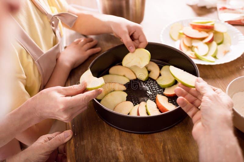 Torta de maçã do cozimento da família fotografia de stock